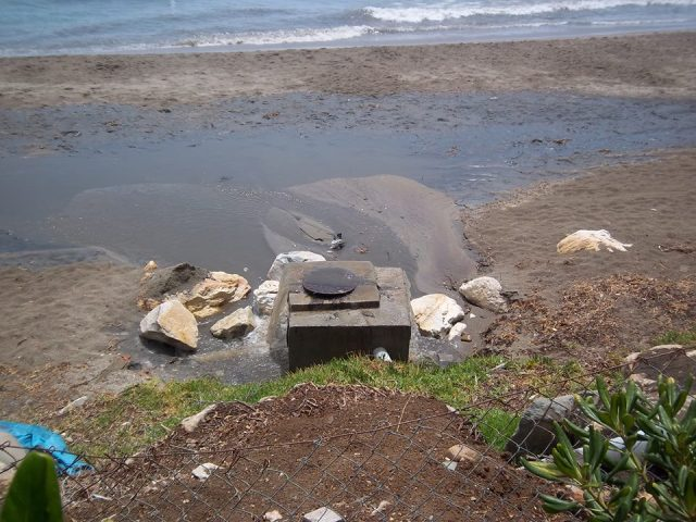 08-2013 Vertidos playa Mijas Rosa de los vientos