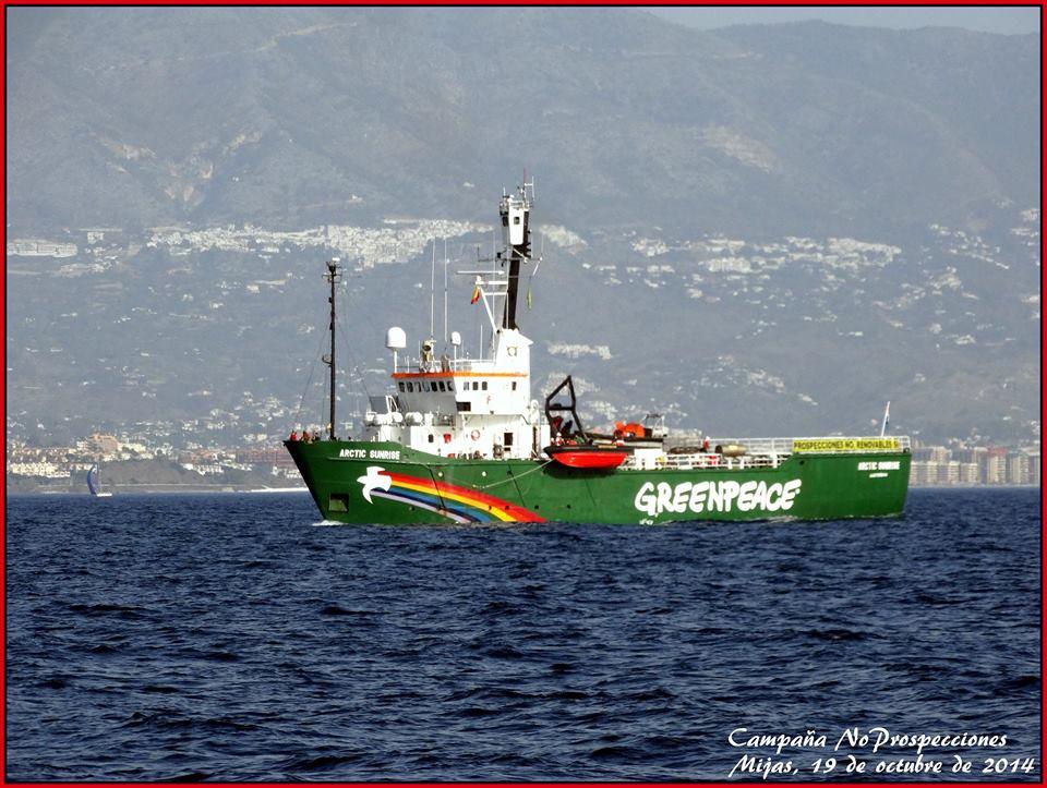Barko'e Greenpeace kon Miha de fondo