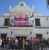 Representantes políticos y trabajadores municipales guardan un minuto de silencio en rechazo a la violencia machista